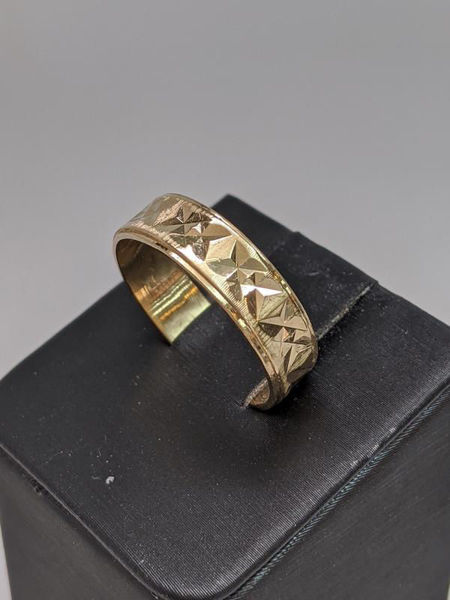 Picture of Men's Etched Yellow Gold Band